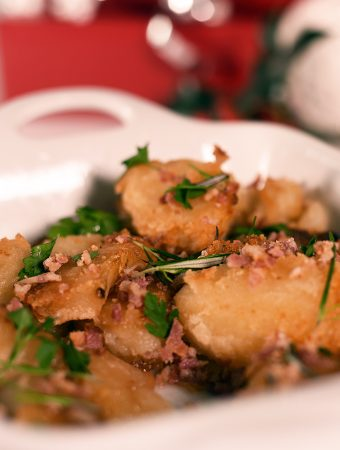 Roast potatoes with apple, bacon and herbs