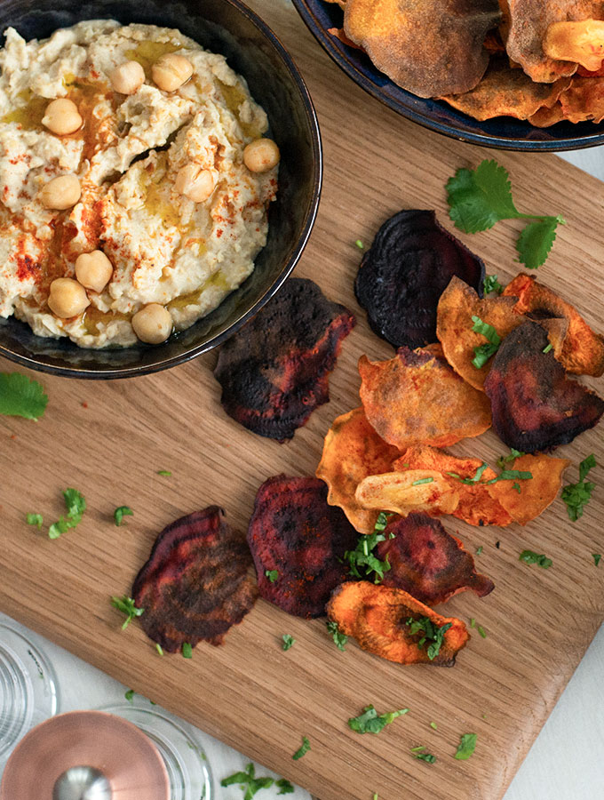 Mixed vegetable crisps served with hummus in ProCook Vaasa bowl