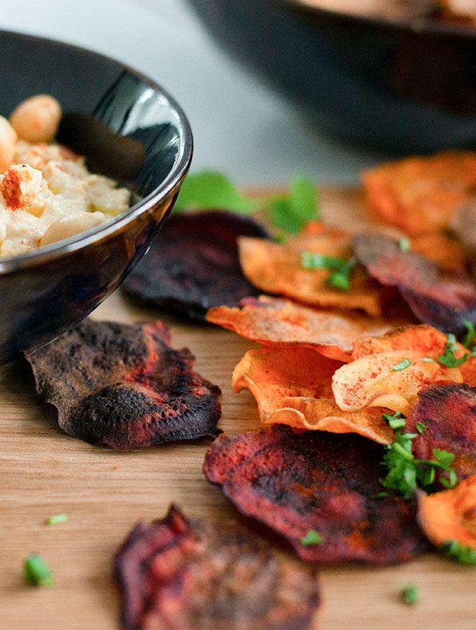 Mixed vegetable crisps with homemade hummus in ProCook Vaasa bowl